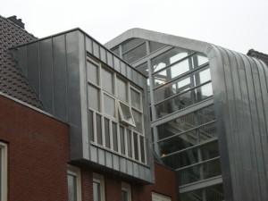 getoogd zinken felsbekleding trappenhuis en uitbouw.